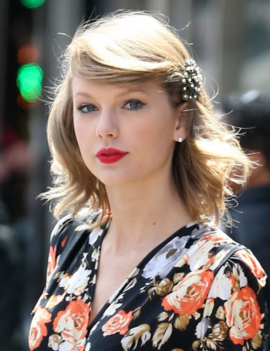 Look do dia  estilo retro de Taylor Swift Segredo das famosas 0b2e5afce5